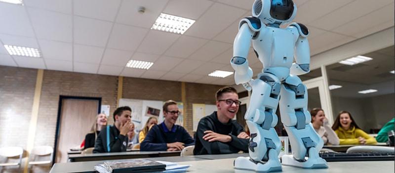 Robot neemt de klas over en stuurt de docent naar huis